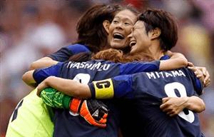 2012ロンドンオリンピック フランス戦後 抱き合うなでしこジャパンのメンバー